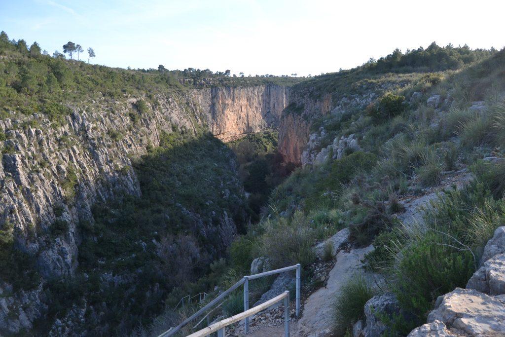 Escalera hacia los puentes colgantes en Chulilla