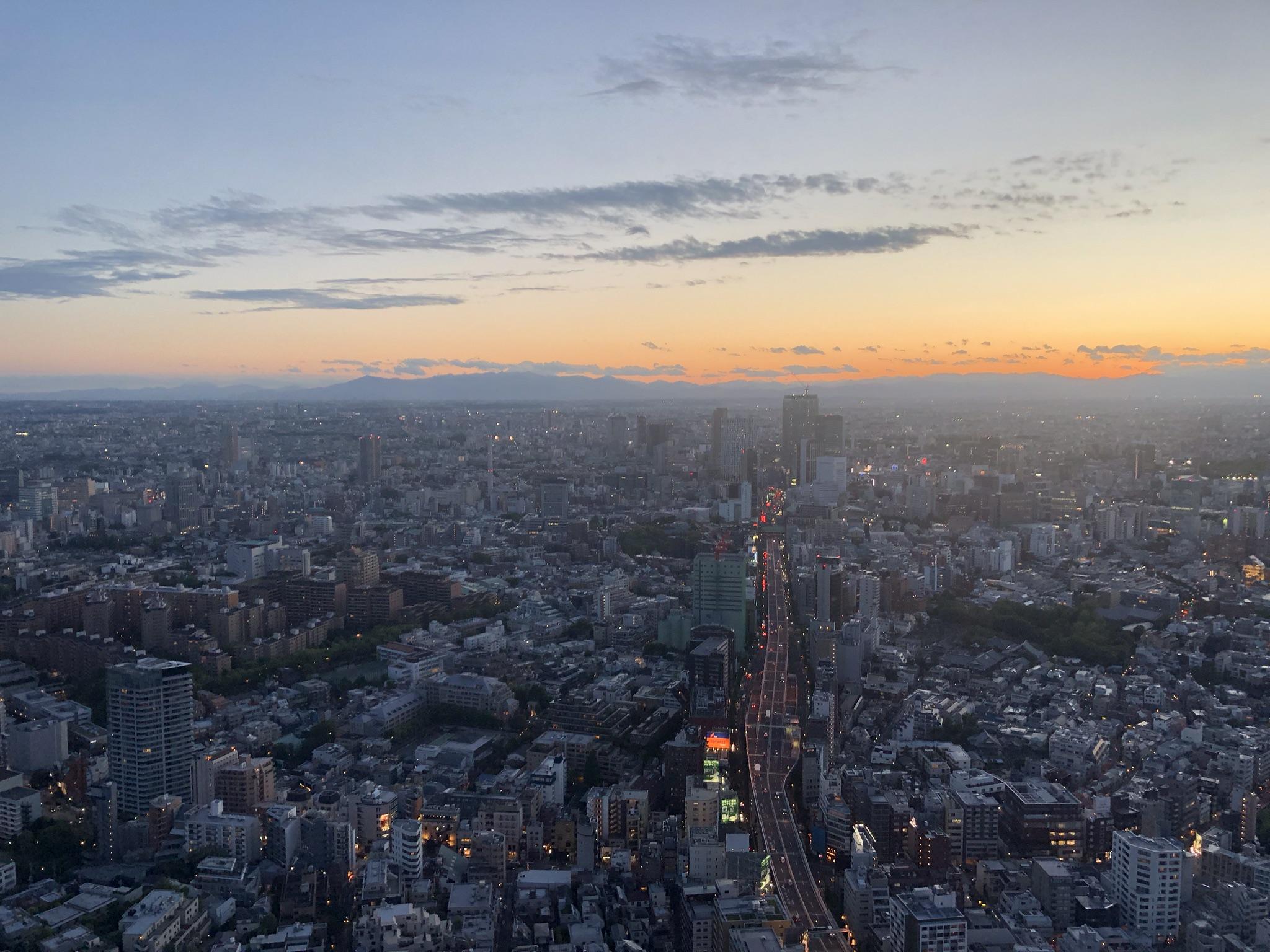 Se pone el sol sobre Tokyo.